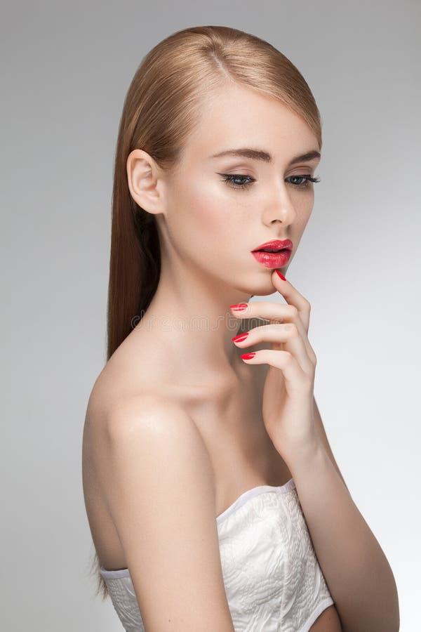 Ritratto di giovane bello modello attraente della ragazza con bellezza fresca naturale fotografie stock libere da diritti