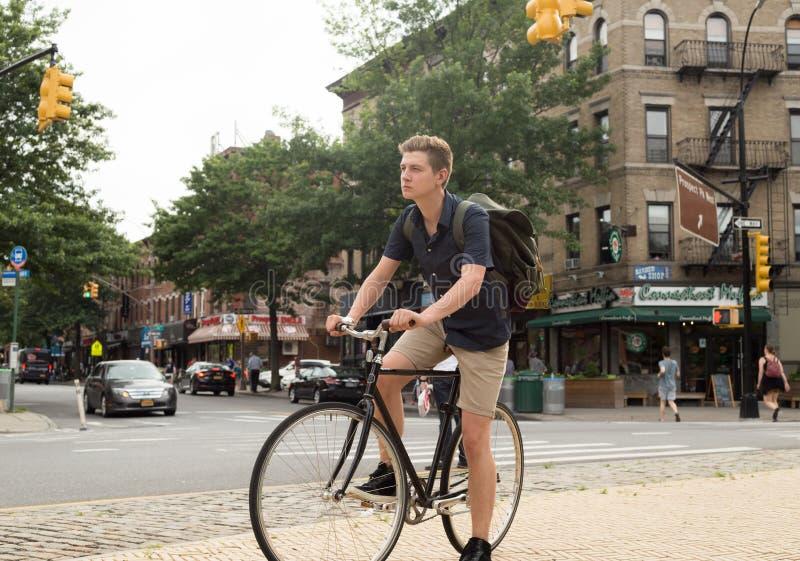 Ritratto di giovane bici caucasica di guida dell'adolescente sulla via della città immagine stock