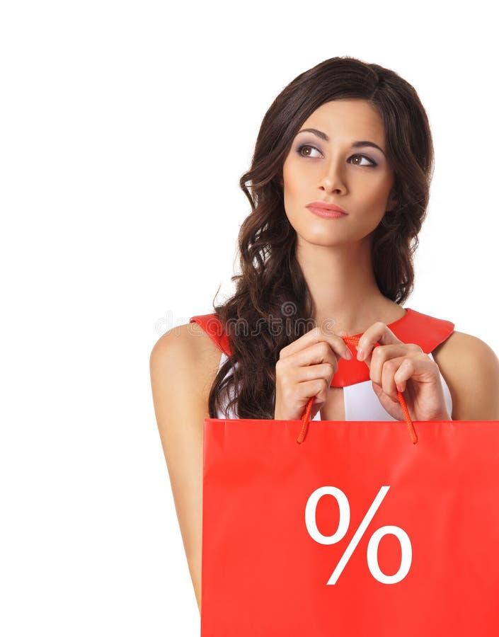 Ritratto di giovane brunette che tiene un sacchetto rosso fotografie stock libere da diritti