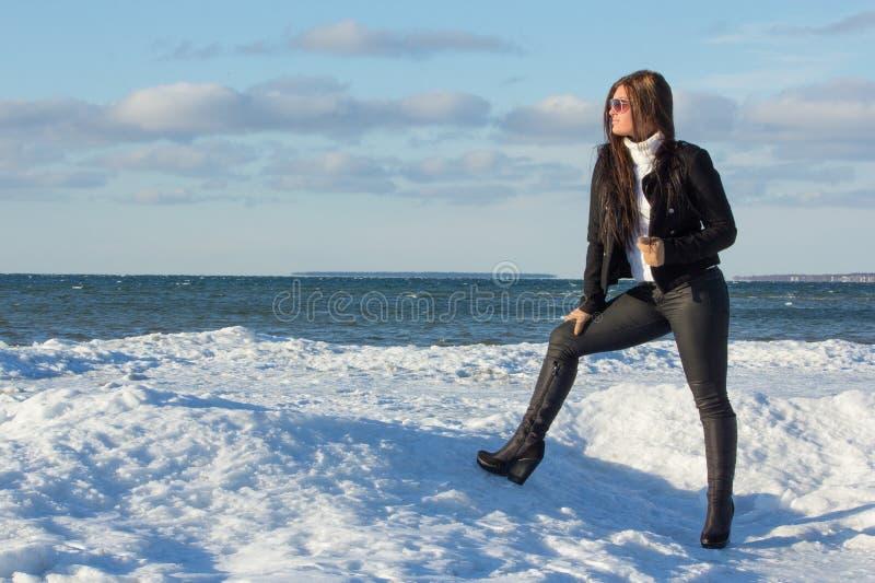 Ritratto di giovane castana sulla spiaggia di inverno immagine stock libera da diritti