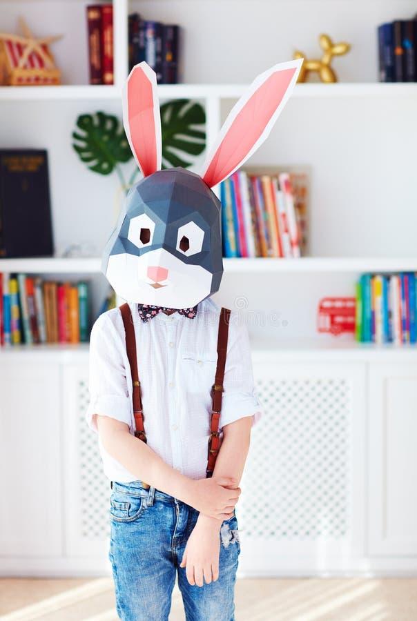 Ritratto di giovane coniglio di coniglietto alla moda a casa, maschera poligonale, coniglio di pasqua fotografie stock libere da diritti