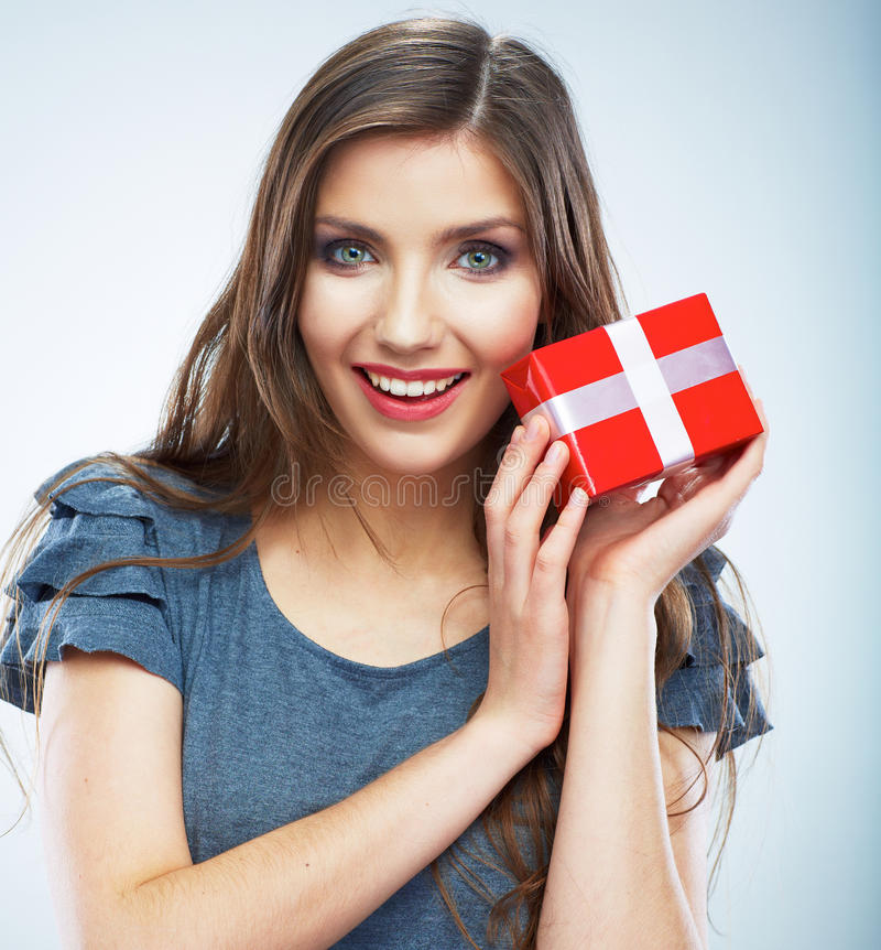 Ritratto di giovane contenitore di regalo rosso sorridente felice della tenuta della donna Isolat immagine stock libera da diritti