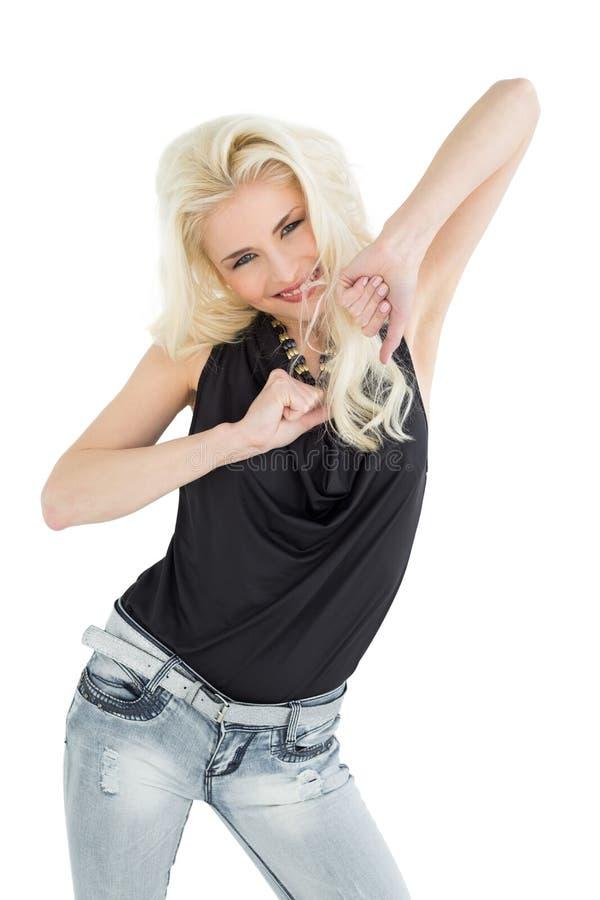 Ritratto di giovane dancing casuale felice della donna fotografia stock libera da diritti
