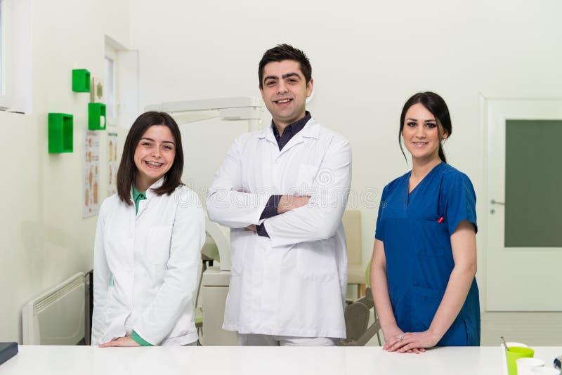 Ritratto di giovane dentista And His Assistant immagine stock