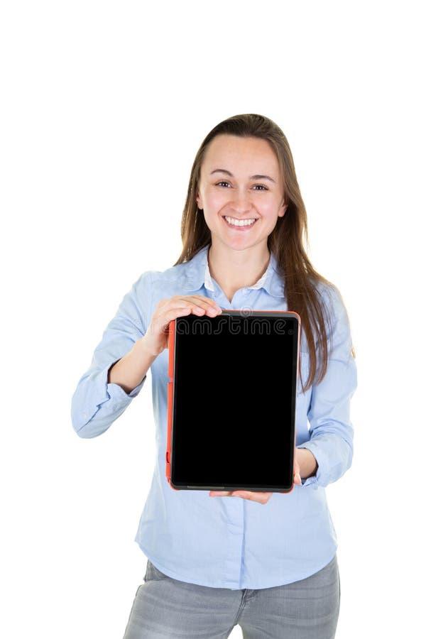 Ritratto di giovane donna di affari allegra con il modello vuoto dello schermo della compressa dello spazio in bianco su fondo bi immagine stock libera da diritti