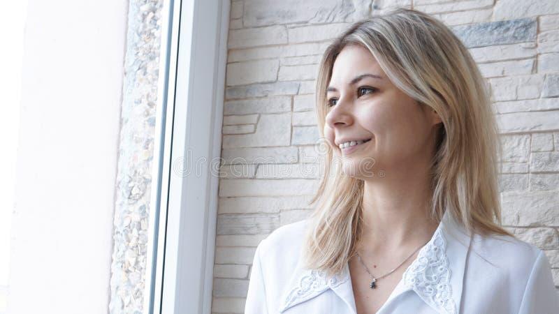 Ritratto di giovane donna di affari europea attraente sul fondo del muro di mattoni immagini stock libere da diritti