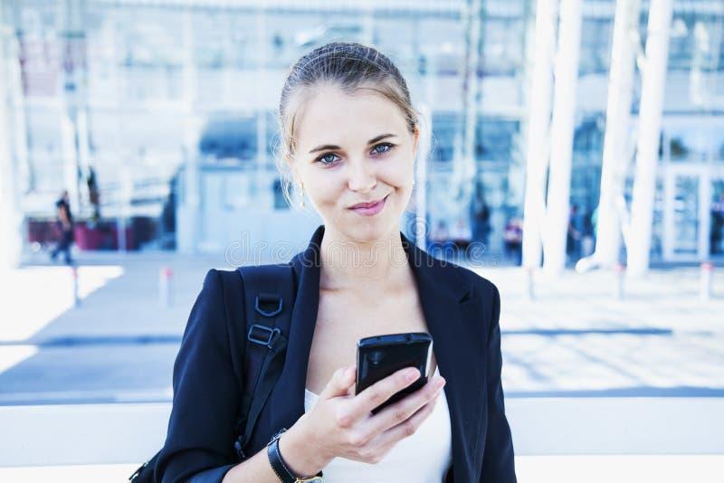 Ritratto di giovane donna di affari sorridente felice con il ou dello smartphone fotografie stock