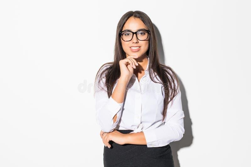 Ritratto di giovane donna di affari sorridente felice nei eyesglasses isolati su fondo bianco immagine stock