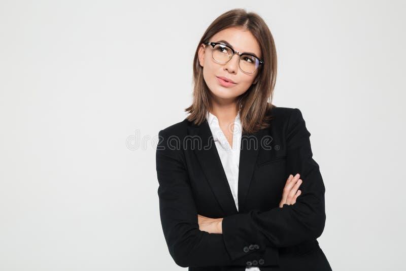 Ritratto di giovane donna di affari sorridente nella condizione del vestito immagini stock libere da diritti