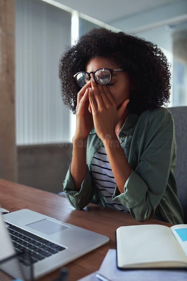 Ritratto di giovane donna di affari stanca in ufficio immagini stock libere da diritti