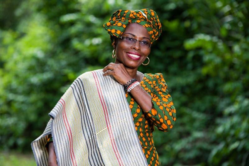 Ritratto di giovane donna africana, sorridente immagine stock libera da diritti