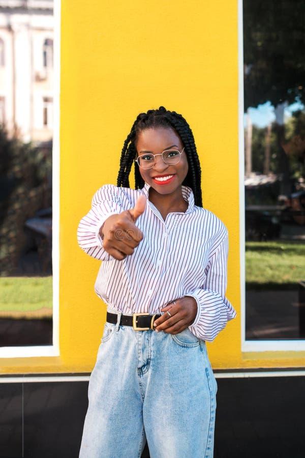 Ritratto di giovane donna afroamericana nella via fotografie stock libere da diritti