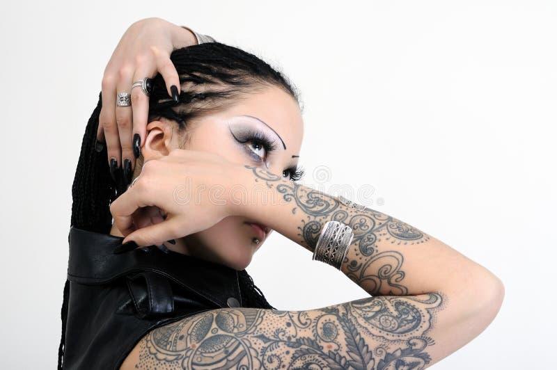 Ritratto di giovane donna alla moda tatuaata fotografie stock libere da diritti
