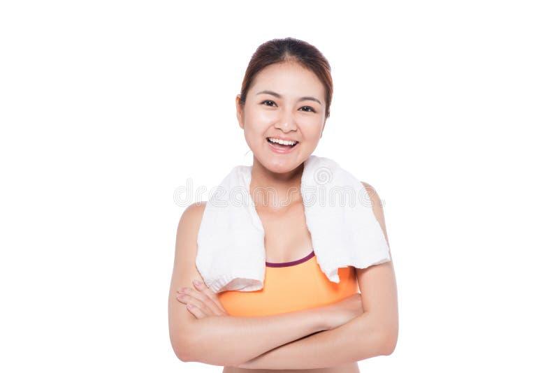 Ritratto di giovane donna asiatica di forma fisica con l'asciugamano su bianco fotografia stock libera da diritti