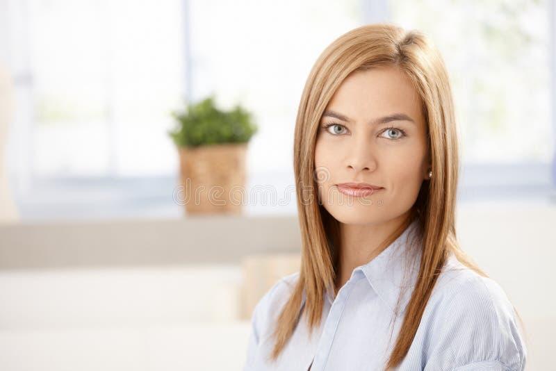 Ritratto di giovane donna attraente fotografia stock