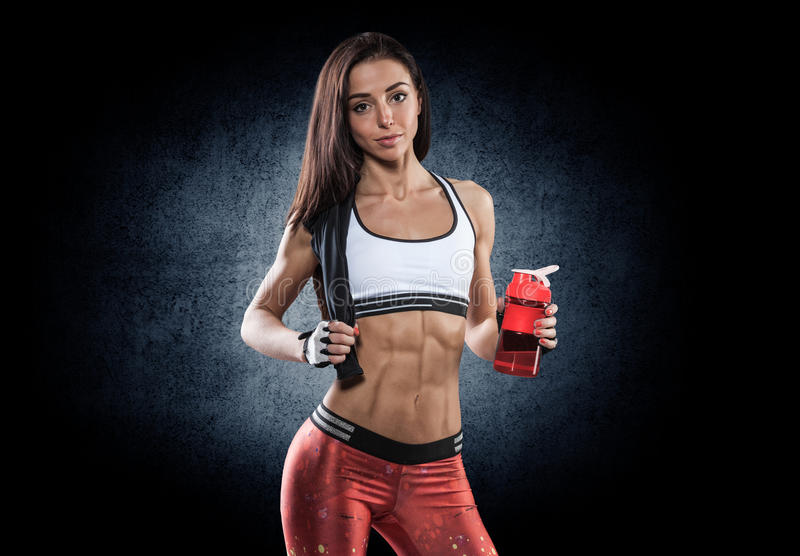 Ritratto di giovane donna attraente allegra con la bottiglia di acqua fotografie stock