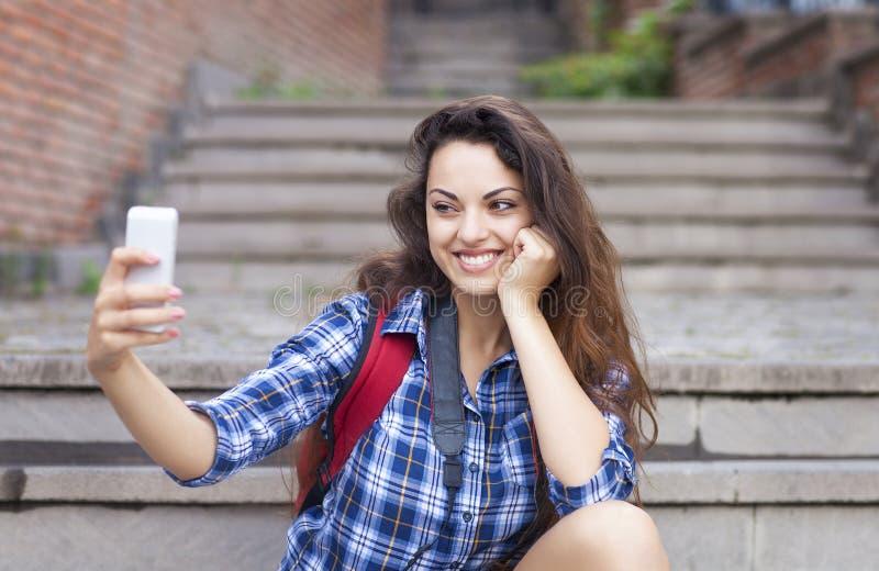 Ritratto di giovane donna attraente che tiene un digita dello smartphone fotografia stock libera da diritti
