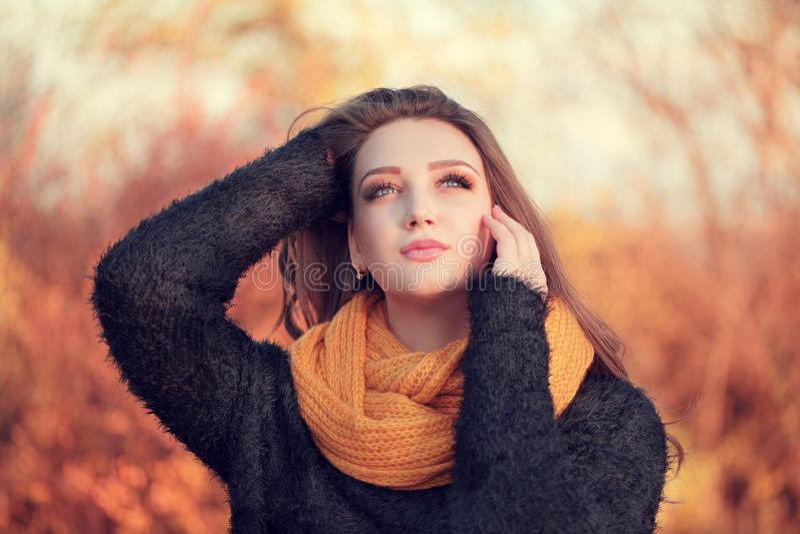 Ritratto di giovane donna attraente con capelli marroni lunghi e la b fotografia stock
