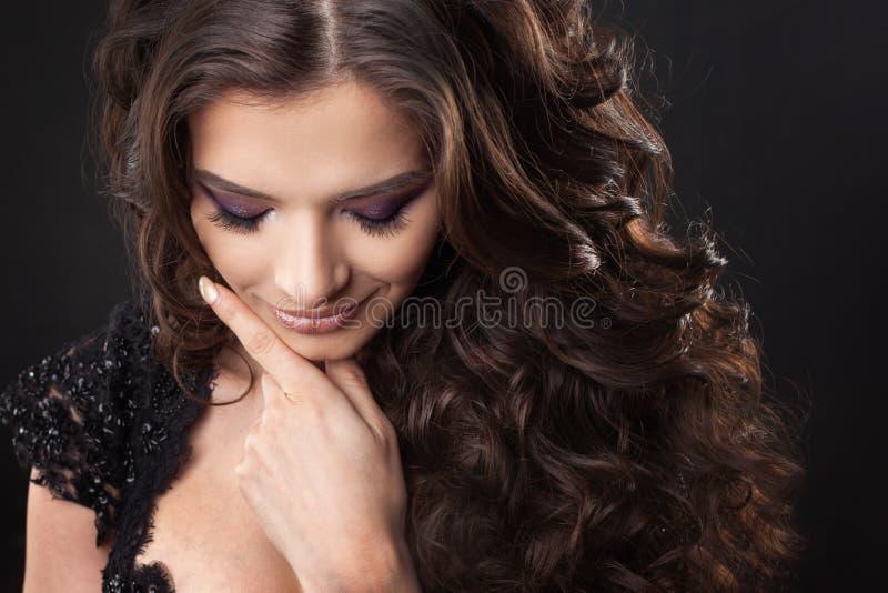 Ritratto di giovane donna attraente con capelli ricci splendidi Brunette attraente fotografie stock libere da diritti
