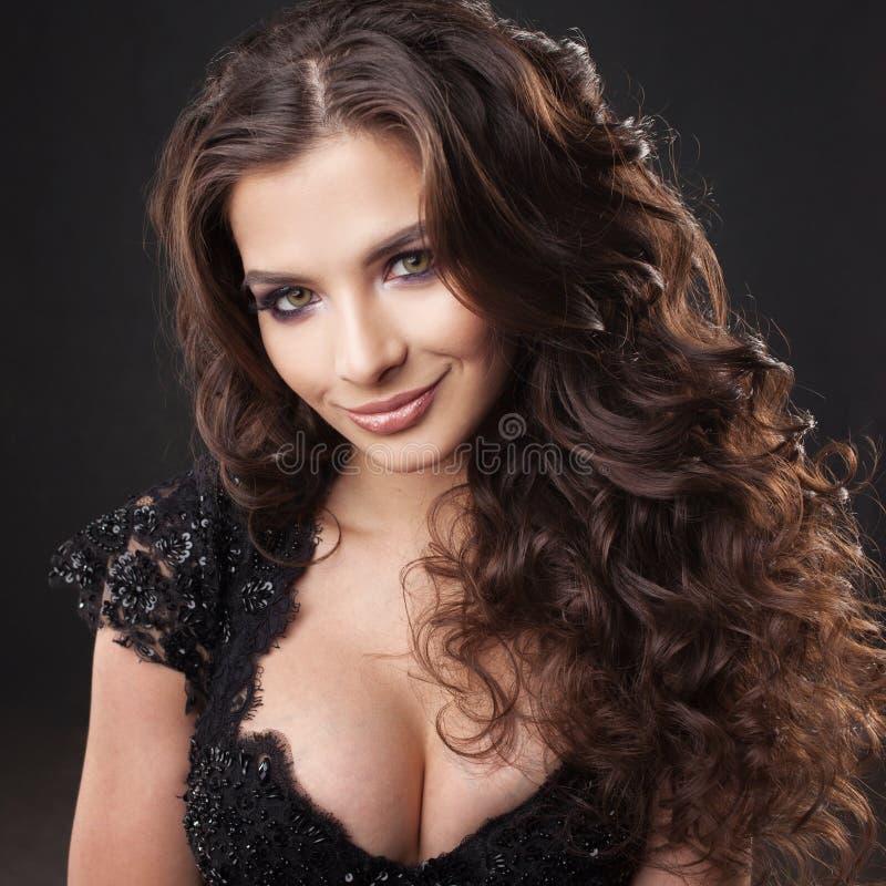 Ritratto di giovane donna attraente con capelli ricci splendidi Brunette attraente fotografia stock libera da diritti
