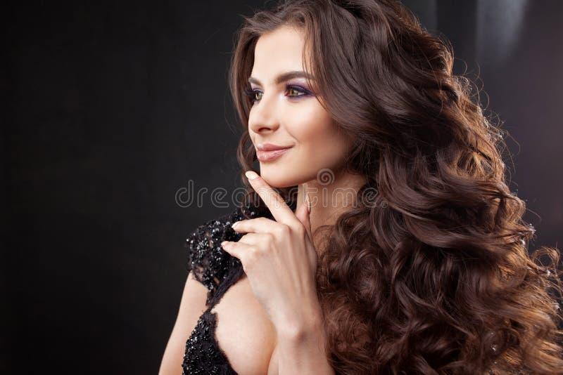 Ritratto di giovane donna attraente con capelli ricci splendidi Brunette attraente immagini stock libere da diritti