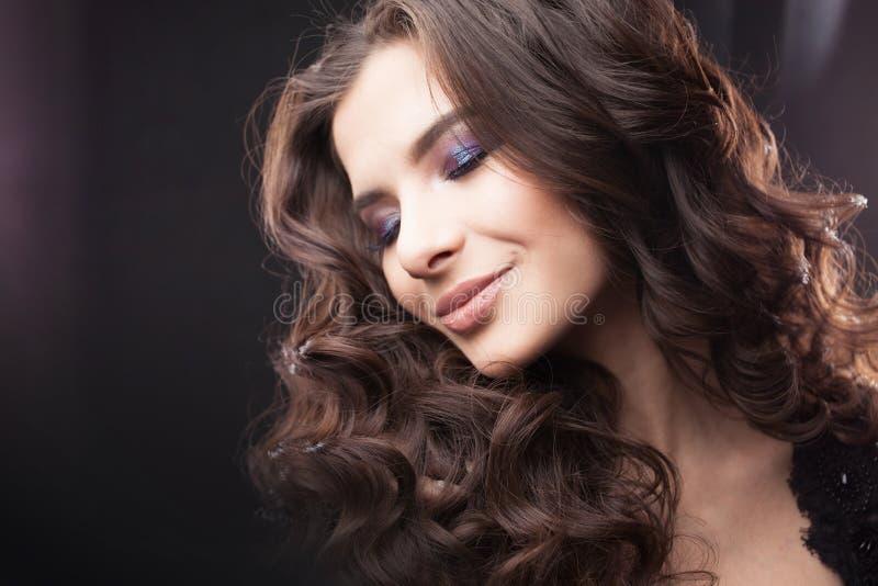 Ritratto di giovane donna attraente con capelli ricci splendidi Brunette attraente fotografia stock