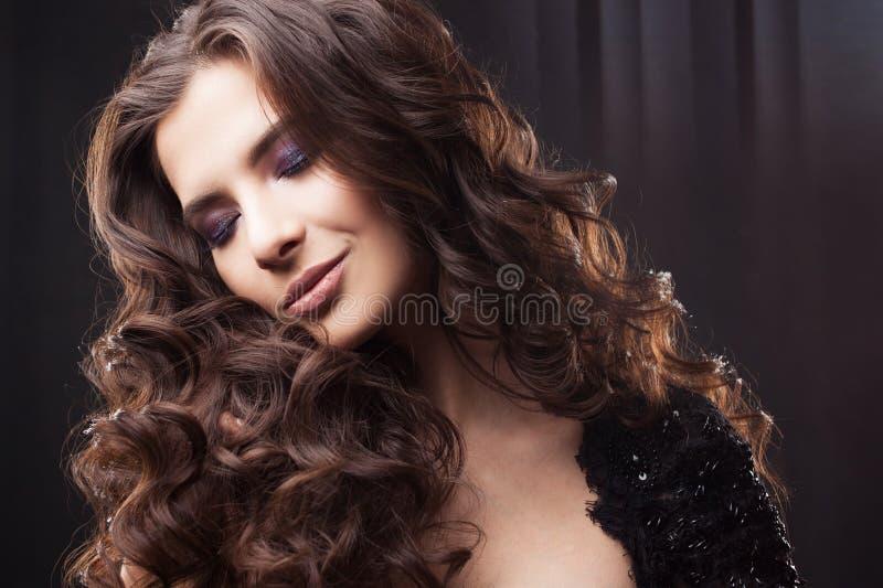 Ritratto di giovane donna attraente con capelli ricci splendidi Brunette attraente immagine stock libera da diritti
