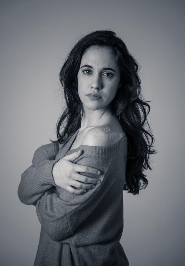 Ritratto di giovane donna attraente con il fronte sorridente ed i bei capelli lunghi neri Cura di bellezza fotografia stock libera da diritti