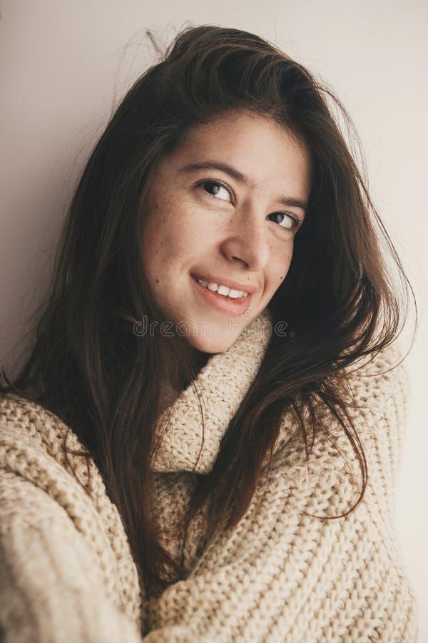Ritratto di giovane donna attraente senza trucco e la h splendida fotografia stock libera da diritti