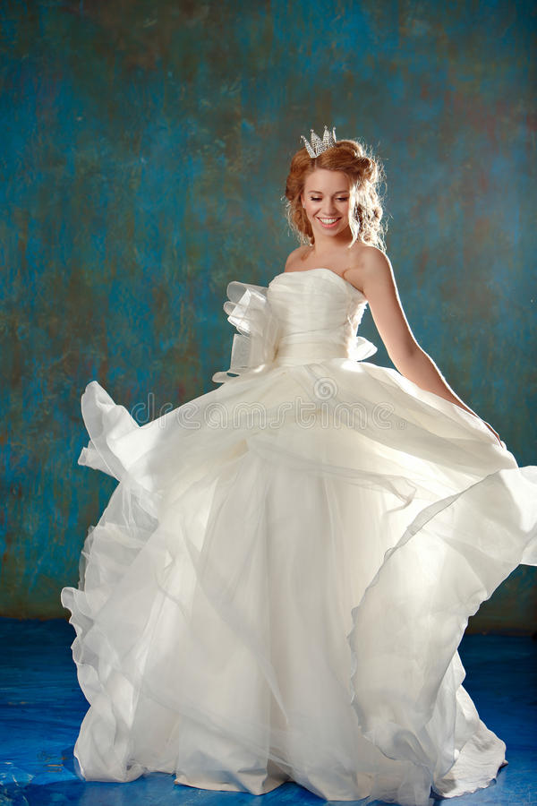 Ritratto di giovane donna bionda con capelli spessi eleganti, a ballante fotografie stock