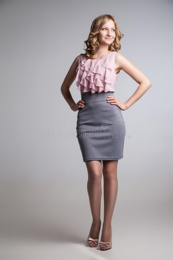 Ritratto di giovane donna bionda elegante vestita fotografia stock