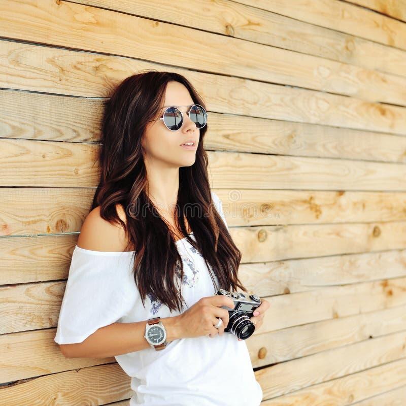 Ritratto di giovane donna castana alla moda in abbigliamento casual con immagini stock libere da diritti