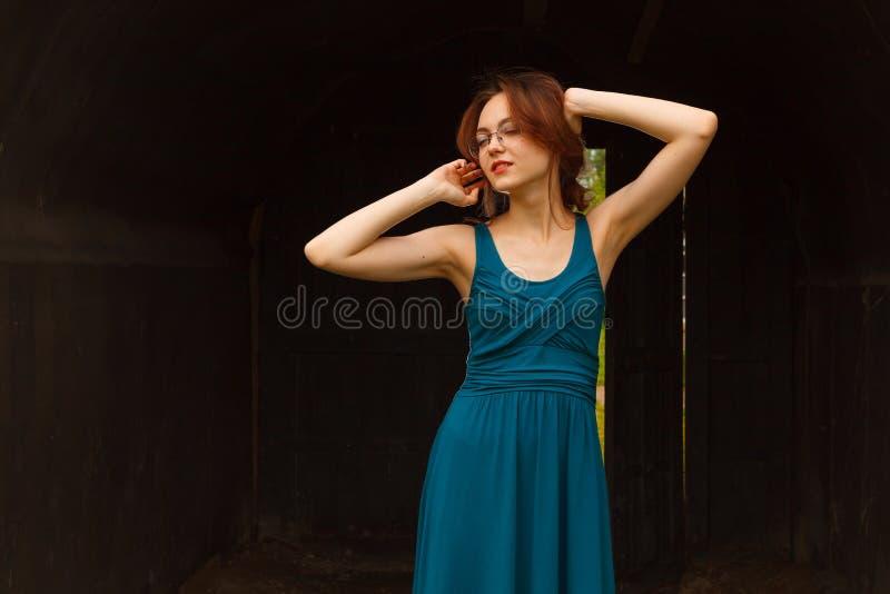 Ritratto di giovane donna castana in arco fotografia stock libera da diritti
