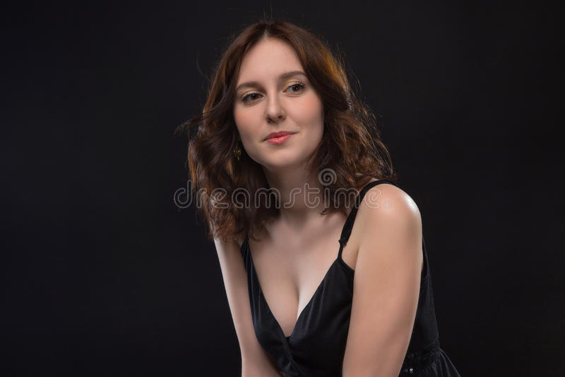 Ritratto di giovane donna castana felice immagini stock libere da diritti