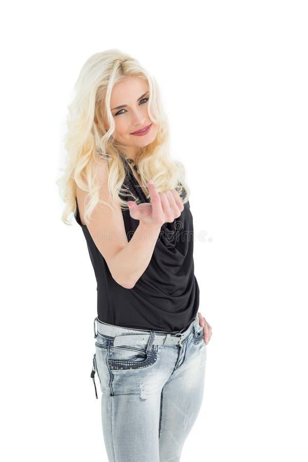 Ritratto di giovane donna casuale felice con capelli biondi fotografia stock