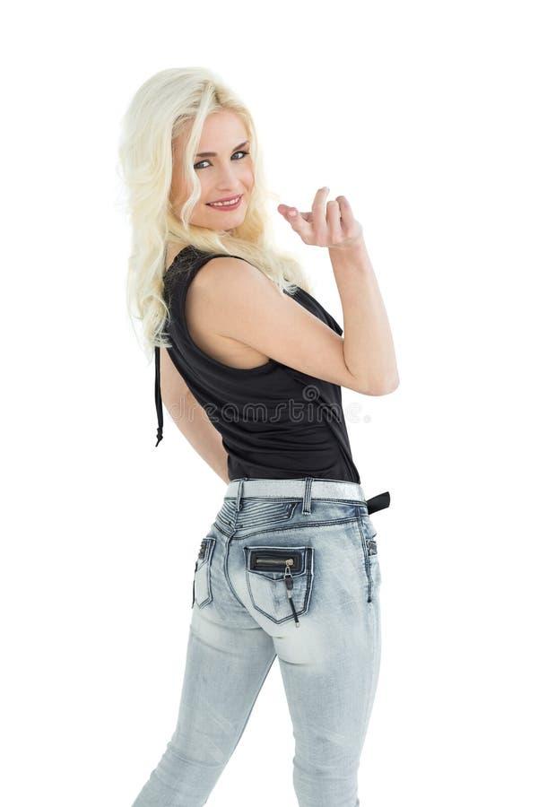 Ritratto di giovane donna casuale felice con capelli biondi immagini stock libere da diritti
