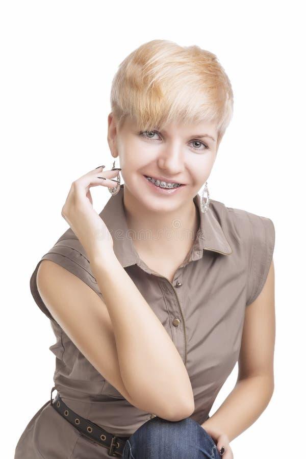 Ritratto di giovane donna caucasica che indossa i sostegni ortodontici fotografie stock