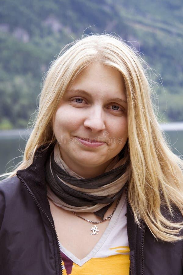Ritratto di giovane donna con capelli dorati fotografia stock