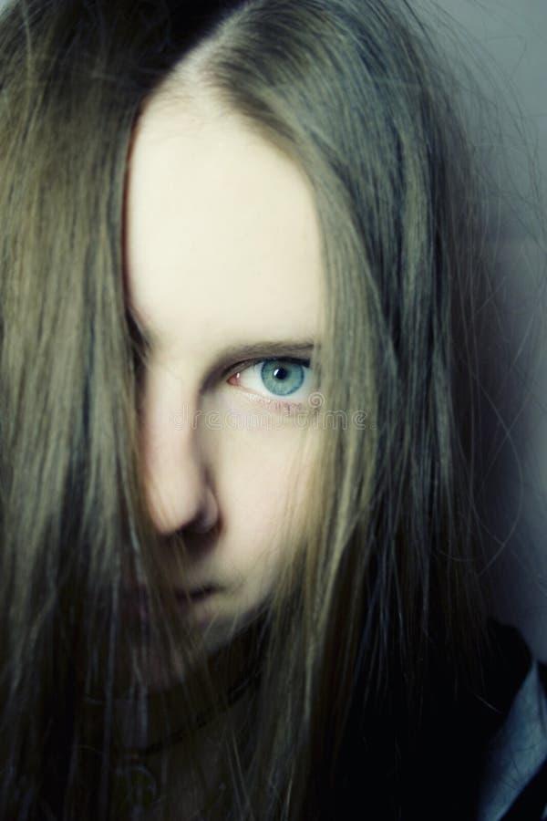 Ritratto di giovane donna con capelli lunghi immagine stock libera da diritti
