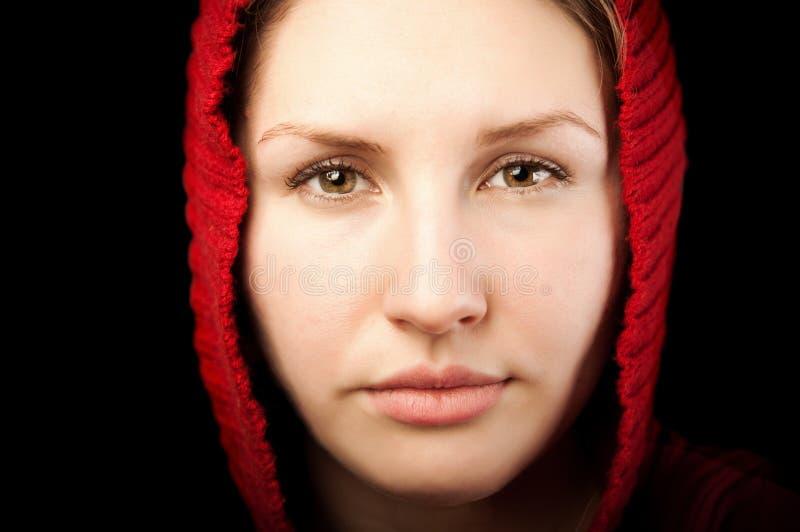 Ritratto di giovane donna con il cappuccio rosso fotografie stock libere da diritti
