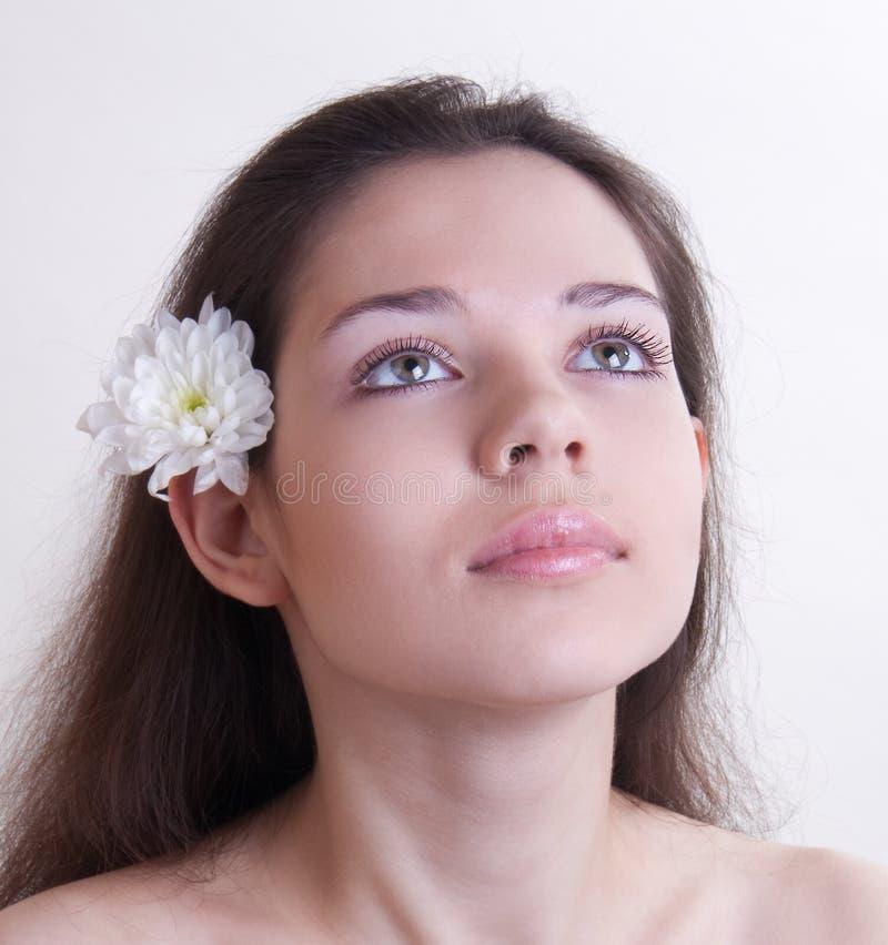 Ritratto di giovane donna con il fiore fotografia stock