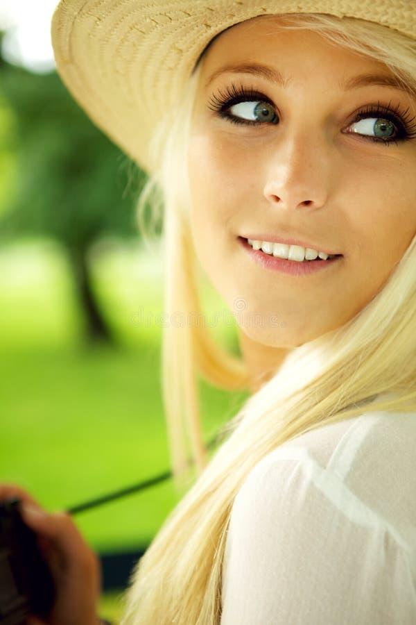 Ritratto di giovane donna con la macchina fotografica fotografia stock