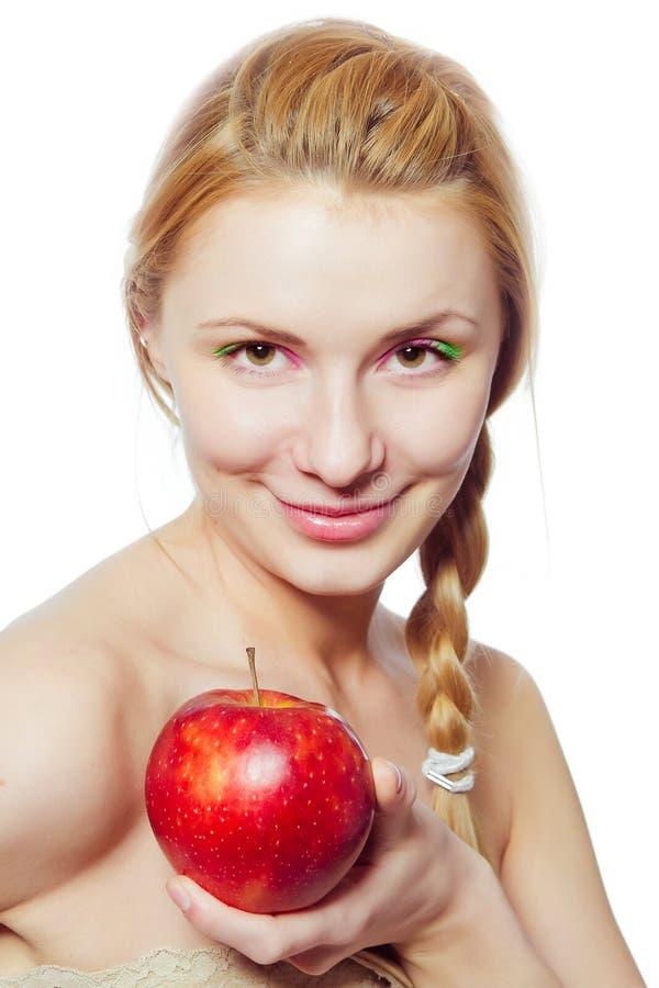 Ritratto di giovane donna con la mela rossa immagine stock libera da diritti