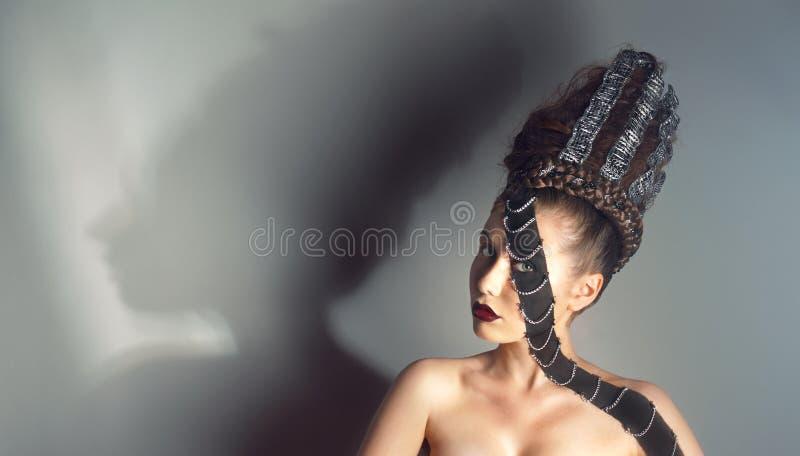 Ritratto di giovane donna con trucco creativo fotografie stock
