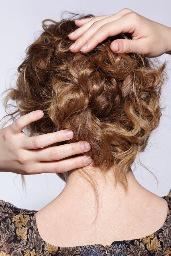 Ritratto di giovane donna dello zenzero con capelli ondulati dal lato posteriore fotografia stock libera da diritti
