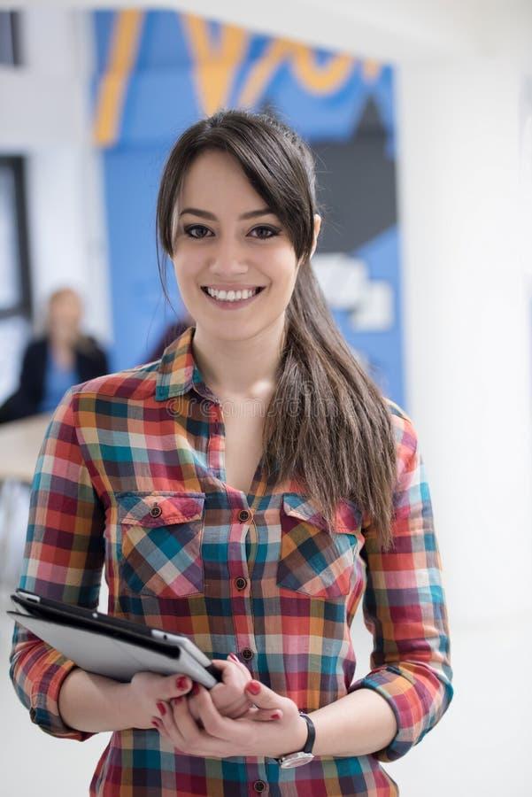 Ritratto di giovane donna di affari all'ufficio con il gruppo in backgrou fotografie stock libere da diritti