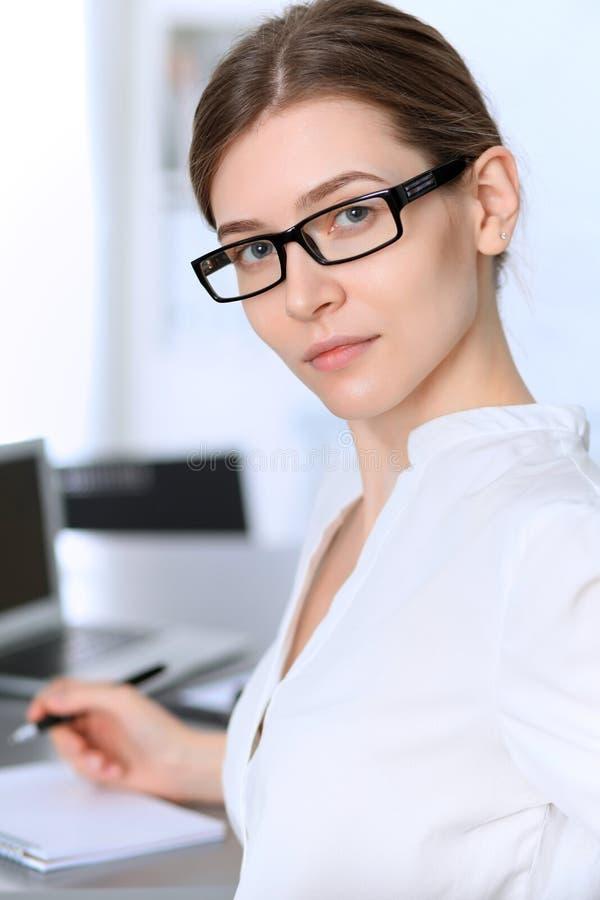 Ritratto di giovane donna di affari che lavora nell'ufficio fotografia stock