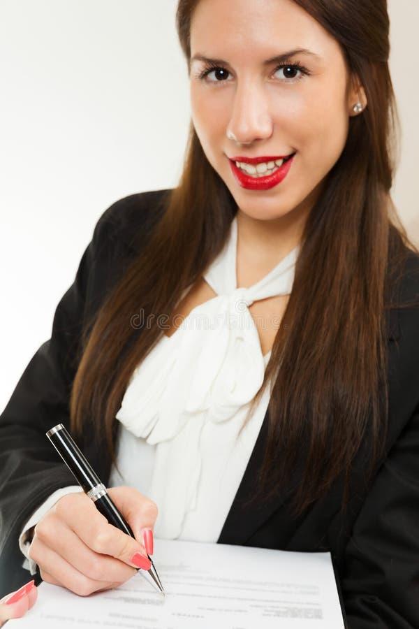 Ritratto di giovane donna di affari, contratto di firma immagine stock