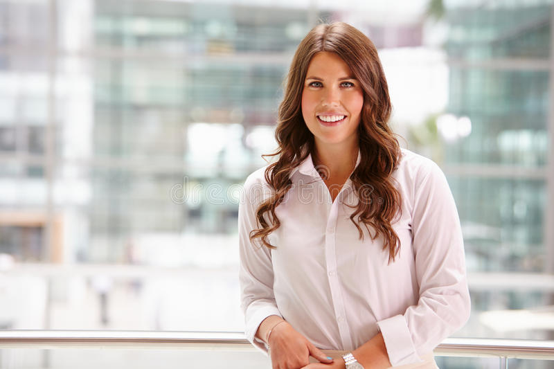 Ritratto di giovane donna di affari sorridente, vita su fotografie stock