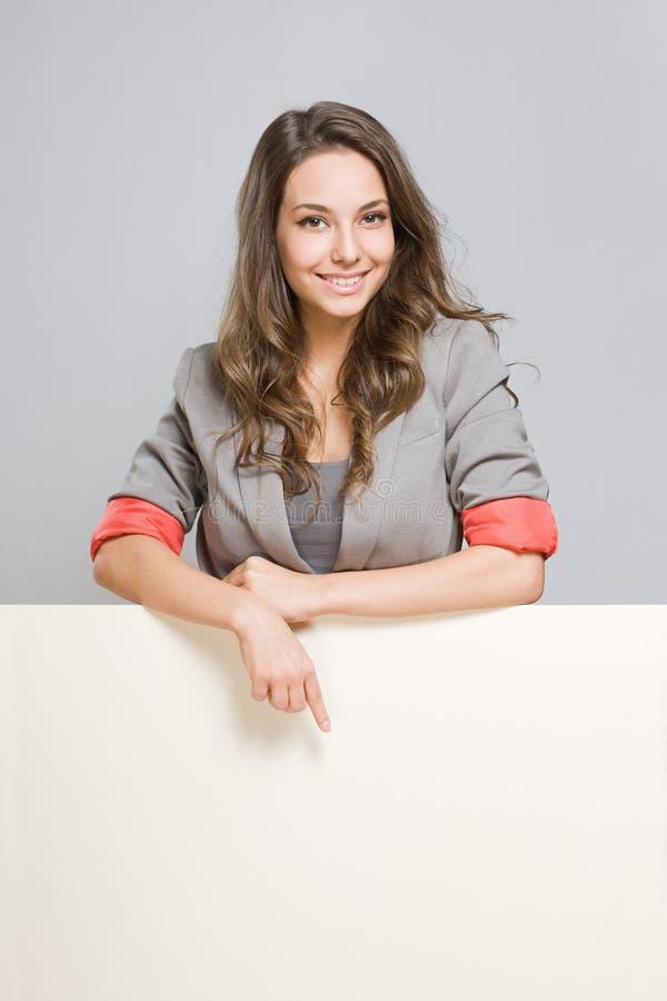 Giovane donna di affari con la grande insegna in bianco. fotografie stock libere da diritti